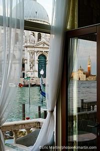 VENISE.  Vue sur le Canale di San Marco depuis le bar de l hôtel St. Regis (ex Grand Hotel Britannia où séjournait Monet pour peindre Venise)