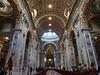 San Pedro, Nave central<br /> <br /> La basílica es la obra de varios siglos. La construcción del edificio actual se inicia el 18 de abril de 1506, durante el pontificado de Julio II, siendo terminada y consagrada en 1626, durante el pontificado de Urbano VIII. (De hecho, en la fachada se puede ver en letras enormes el nombre de Paulo V, el Papa bajo cuyo pontificado se culminó la basílica; este Papa perteneció a la familia Borghese). Numerosos arquitectos y artistas participaron de esta obra: Bramante, Rafael, Sangallo, Miguel Ángel y Maderno. Gian Lorenzo Bernini proyectó la plaza y su columnata.