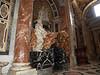 Tumba de Alejandro VII, último trabajo de Bernini, cuando el artista tenía ochenta años, a petición del mismo pontífice. El esqueleto que se entrevé por debajo de los pliegues rojos, y el reloj de arena simbolizan el paso del tiempo y la ineluctabilidad de la muerte.