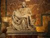 La piedad, de Miguel Angel. Obra maestra de Miguel Ángel, realizada en 1499 cuando apenas contaba 24 años de edad. Esta obra es la única que firmara Miguel Ángel: el nombre del artista se lee en la banda de la Virgen.