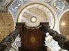 El baldaquino está formado por cuatro colosales columnas salomónicas en espiral con estrías, ramas de olivo y laurel, rematadas por capiteles corintios; la cubierta, con volutas y estatuas angulares de extraordinaria elegancia, culmina en una esfera de bronce dorado. En su interior hay una paloma dorada, símbolo del Espíritu Santo.