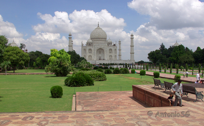 El Taj Mahal (hindi : ताज महल, urdu : تاج محل)
