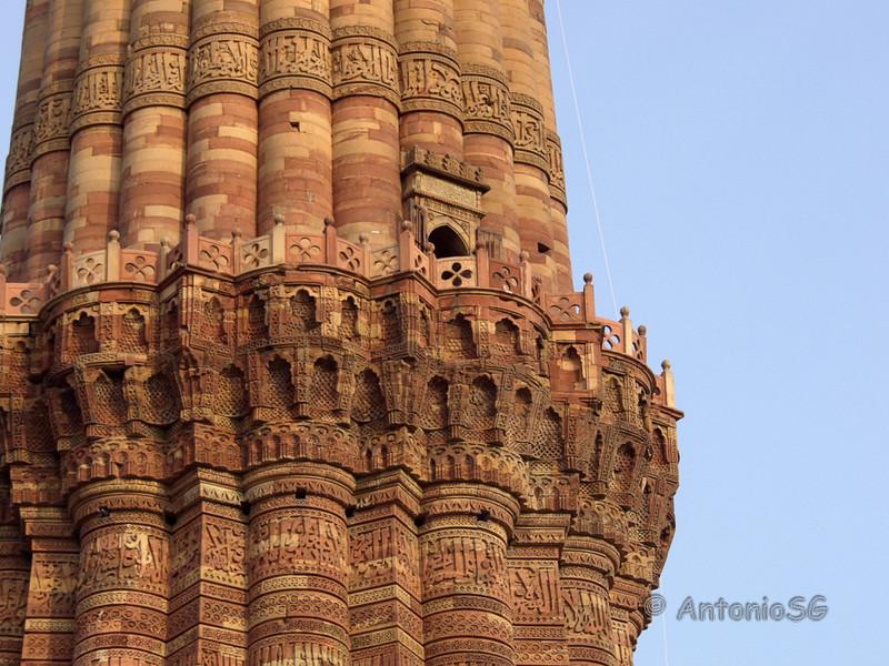 Minarete de Qtub, construido en ladrillos y mármol, más alto del mundo, con una altura total de 72,5 metros. Su construcción la inició Qutb-ud-din-Aybak en 1193.