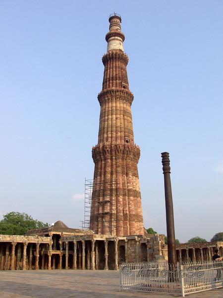 Minarete de Qtub , construido en ladrillos y mármol, más alto del mundo, con una altura total de 72,5 metros. Su construcción la inició Qutb-ud-din-Aybak en 1193.