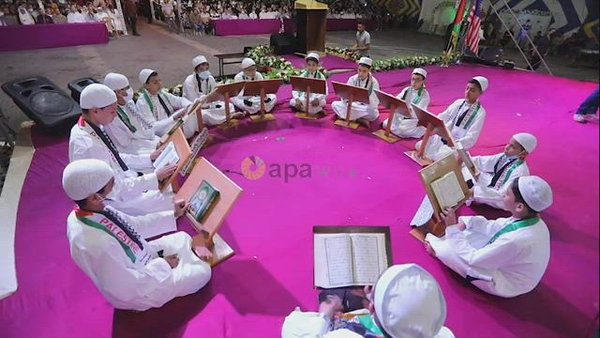 Palestinian children attend a ceremony of the honor the memorizers of the Holy Koran