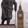 Winston Churchill en visite au Big Ben... ou une cloche et un poids lourd.