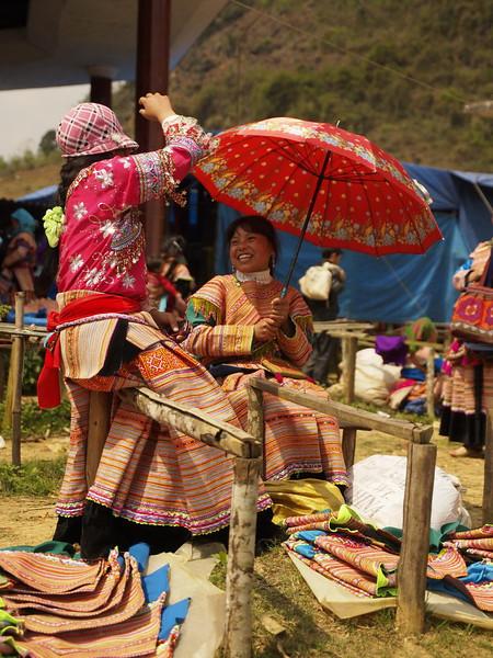 OLYMPUS DIGITAL CAMERA ville de BAC HA, marché de CAN CAU, rencontre des minorités Hmong fleur, Nung, Phu La, Thays. 7km frontière chinoise