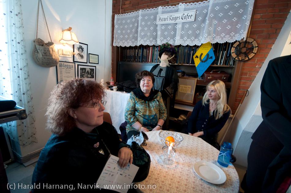 """VU-2011, konsert Sjømannskirka: Ola Bremnes og Ensemble Blå fra Sortland. Svært mange måtte snu i døra. Det ble fort fullt. Midt på bildet Tove Fredriksen. Siste VU-dag ble Tove tildelt """"Årets Malmklump"""" av Den Stolte og Ærverdige Rallarklubben av Malmbyen Narvik. Prisen ble overrakt av Overrallar Sverre Dalhaug."""