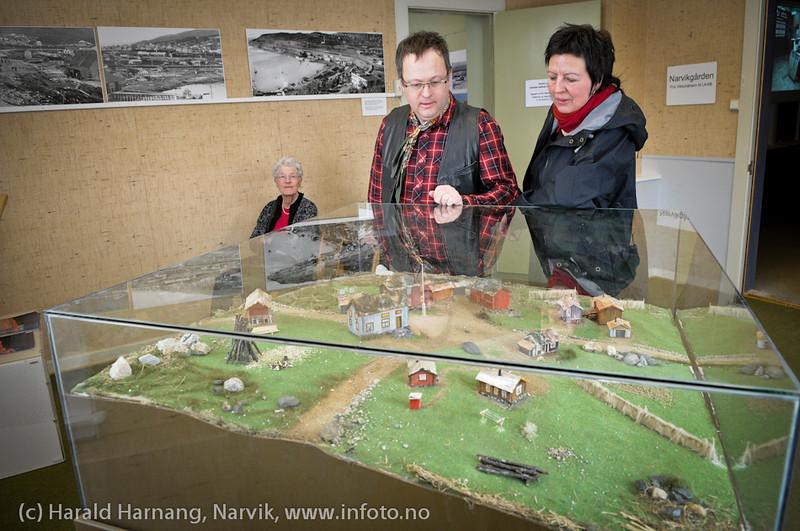 VU-2011: Museum Nord - Narvik. Besøkende beundrer modell laget av Per Henrik Mørk og malt av Vera Steine.