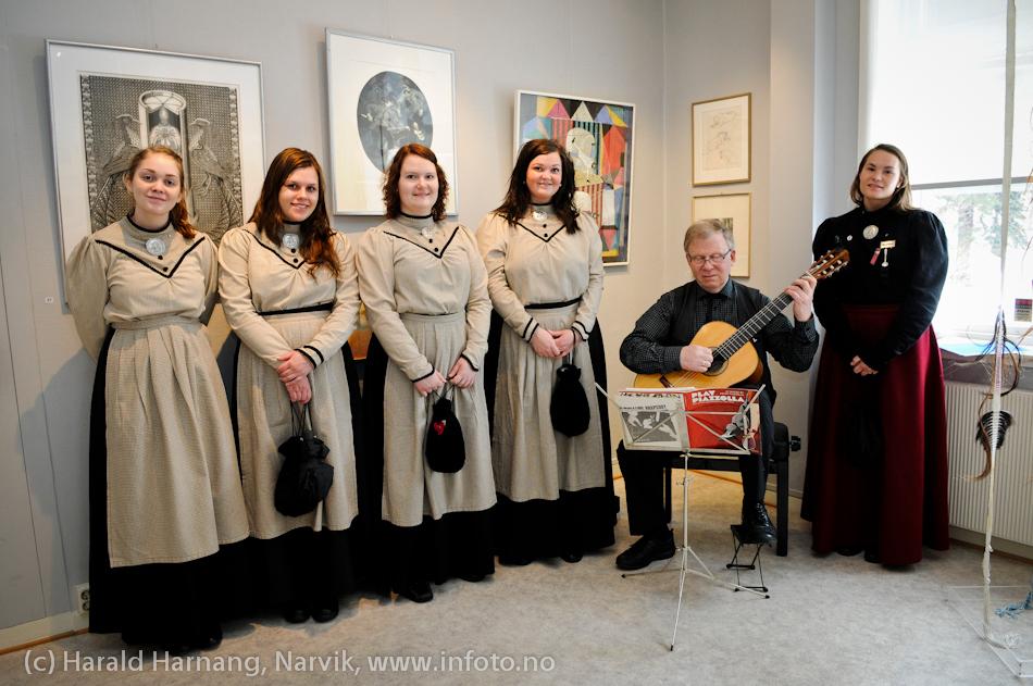 VU-2011: Museum Nord - Narvik, utstillinger. Besøk av Svarta Bjørn-kandidater. Gunnar Myklevold spiller gitar på museet. Nummer tre fra venstre, Kristbjørg Hansen, ble minutter senere utnevnt til Svarta Bjørn 2011. Helt til høyre Svarta Bjørn 2010, Susanne Langnes.