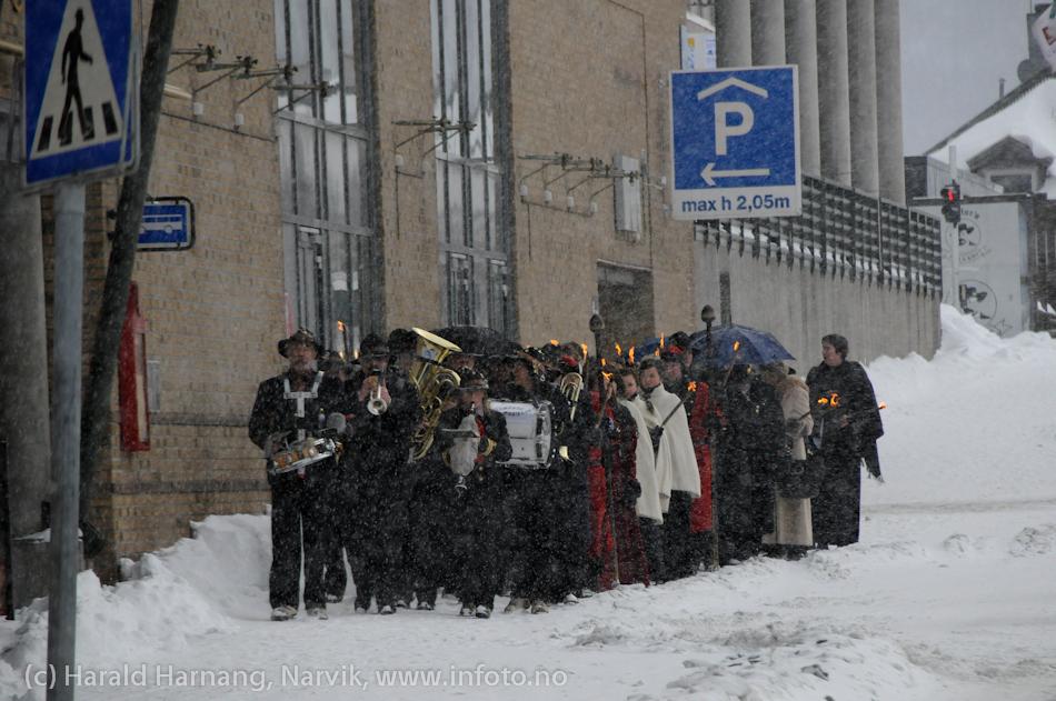 30.3.2011: Bekransning av Svarta Bjørnstatue. Fakkeltog fra Grand til SB-statue. På tur fra Grand til statuen.