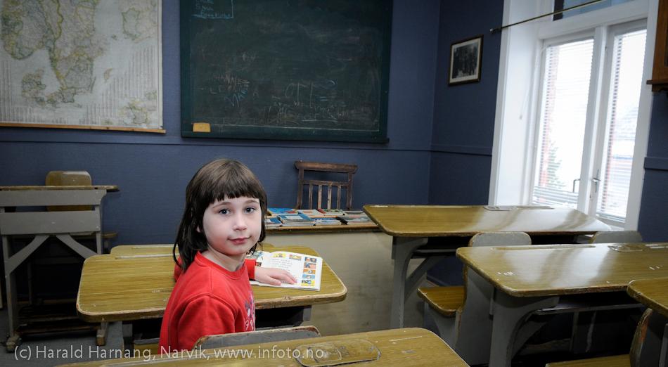 """VU-2011: Museum Nord - Narvik, utstillinger. Skolestua med en """"elev""""."""