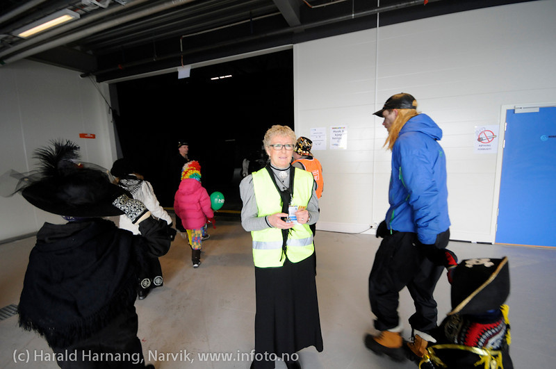 26.3 2011: Kostymetoget, arrangement på Nordkraft Arena med Sjørøverfest med kaptein Rødskjegg og følge. Frivillige VU-arbeidere gjør en flott jobb.  Her telles de som skal inn på showet.