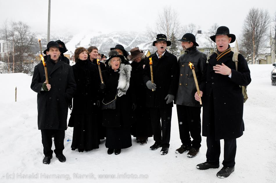 30.3.2011: Bekransning av Svarta Bjørnstatue. Fakkeltog fra Grand til SB-statue. Rallarkoret.