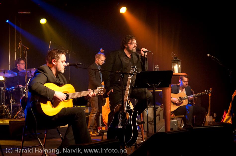 30.3.2011: Konsert Lokstall 1: I ljuset av Cornelis. Med Hans-Erik Dyvik Husby og Jack Vreeswijk med komp. Full sal. Lyset fremst på bordet brenner til minne om Cornelis.