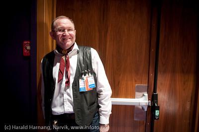 27.3.2011: Frivillig VU-medarbeider Bjørn Ivar har laget mat til hele operagjenget en ukes tid. Nå dørvakt. Forestilling Folkets Hus, Narvik: Teskjekjerringa som prinsesse Pompadur. Urpremiere.