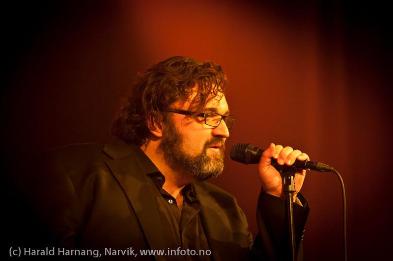 30.3.2011: Konsert Lokstall 1: I ljuset av Cornelis. Med Hans-Erik Dyvik Husby (foto) og Jack Vreeswijk med komp. Full sal.