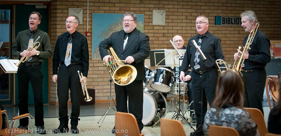 VU-2011: Korpsarrangement på Frydenlund vgs. Seks godt voksne karer med spille og jøglerlyst.