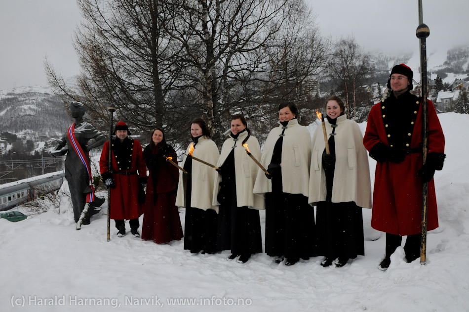 30.3.2011: Bekransning av Svarta Bjørnstatue. Fakkeltog fra Grand til SB-statue. SB-kandidater og vektere.