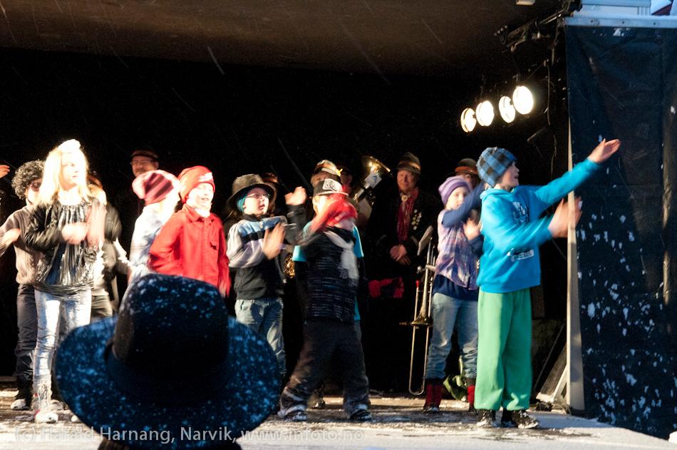 VU2011, offisiell åpning på torget. Snø og dårlig vær. 3. klasse v Skistua skole danset.