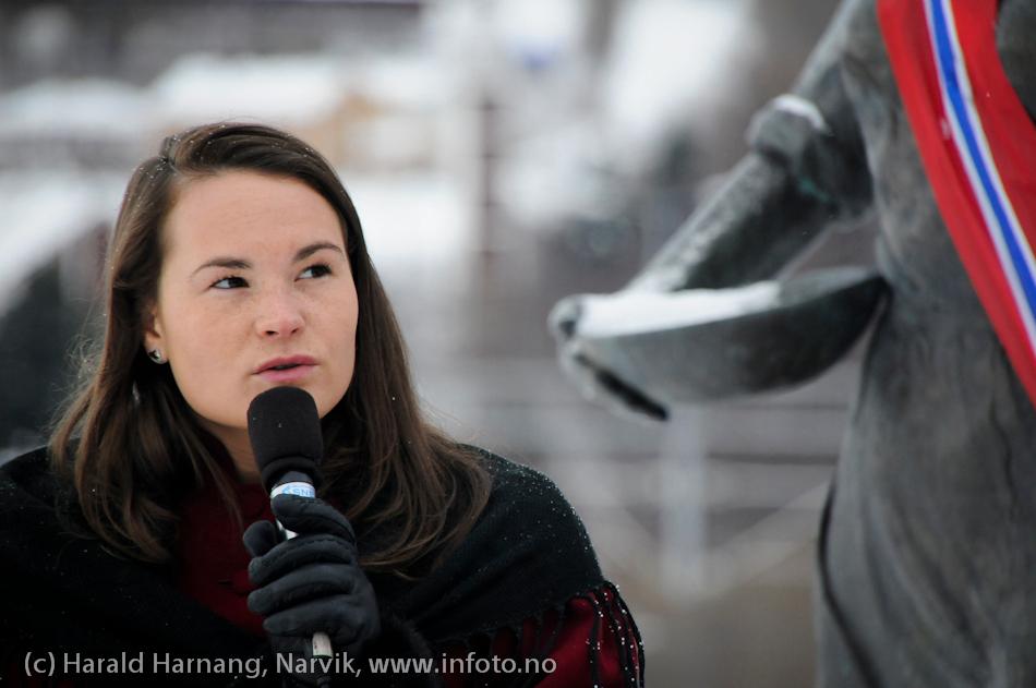 30.3.2011: Bekransning av Svarta Bjørnstatue. Fakkeltog fra Grand til SB-statue. 2010-SB, Susanne Langnes, holder virkelig god tale med linjer fra Anna til det å være soldat i det norske forsvaret i Afganistan.