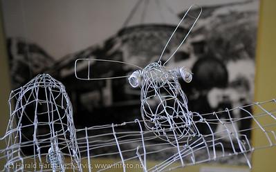 VU-2011: Museum Nord - Narvik, utstillinger. Karl Gustavs junker i ståltråd med en gammelt lok fra Ofotbanen i bakgrunnen.