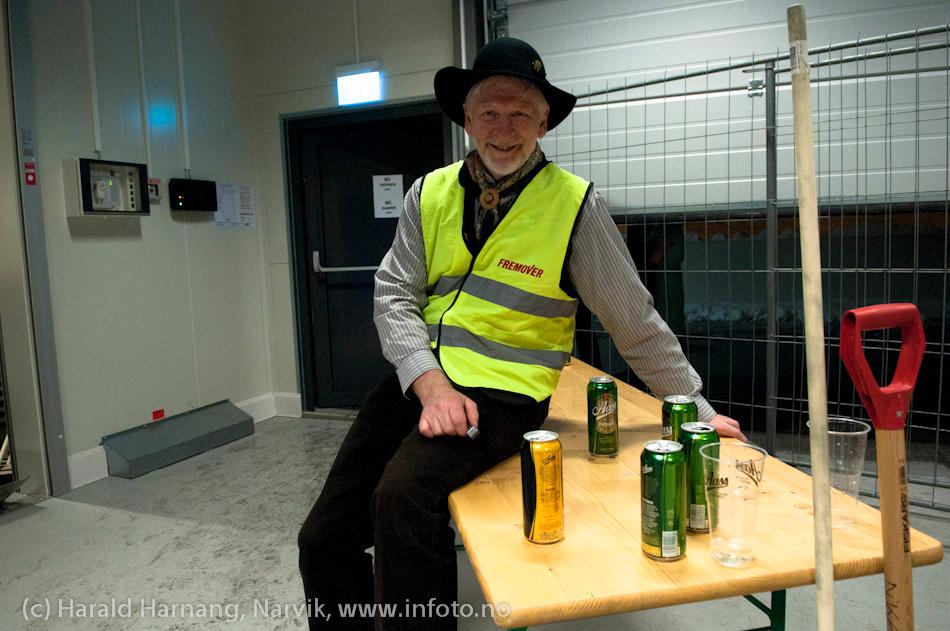 26.3.2011: Konsert på Nordkraft Arena med Madcon. Per Henrik Mørk - en av de mange frivillige hjelperne - passer bakdøra på Madcon-konserten. Han gir stempel til de som skal ut og røyke (og tisse) og passer på ølboksene til de som er ute.