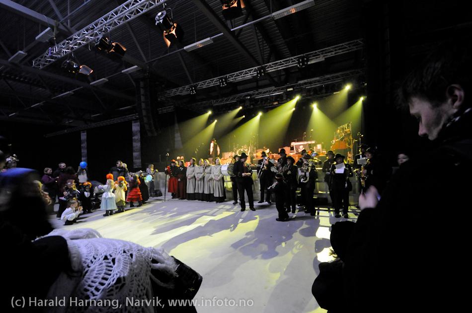 26.3 2011: Kostymetoget, arrangement på Nordkraft Arena med Sjørøverfest med kaptein Rødskjegg og følge. Bjørnene i sirlig orden, med Rallarmusikken i spredt uorden til høyre.
