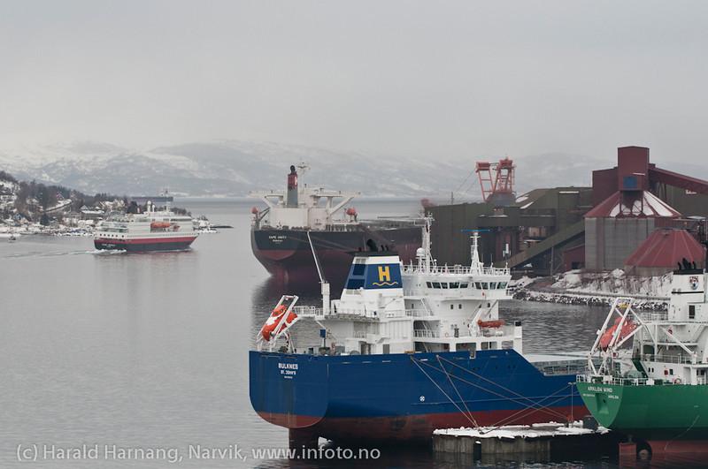 Mange båter på havna pga feil i utlaster. Nå en båt ved kai 5, Hurtigruten, Kong Harald, på tur til Sør-Skjomen, trolig siste gang H-ruten er innom Narvik på mange år. Skipet var bygget i 1993.