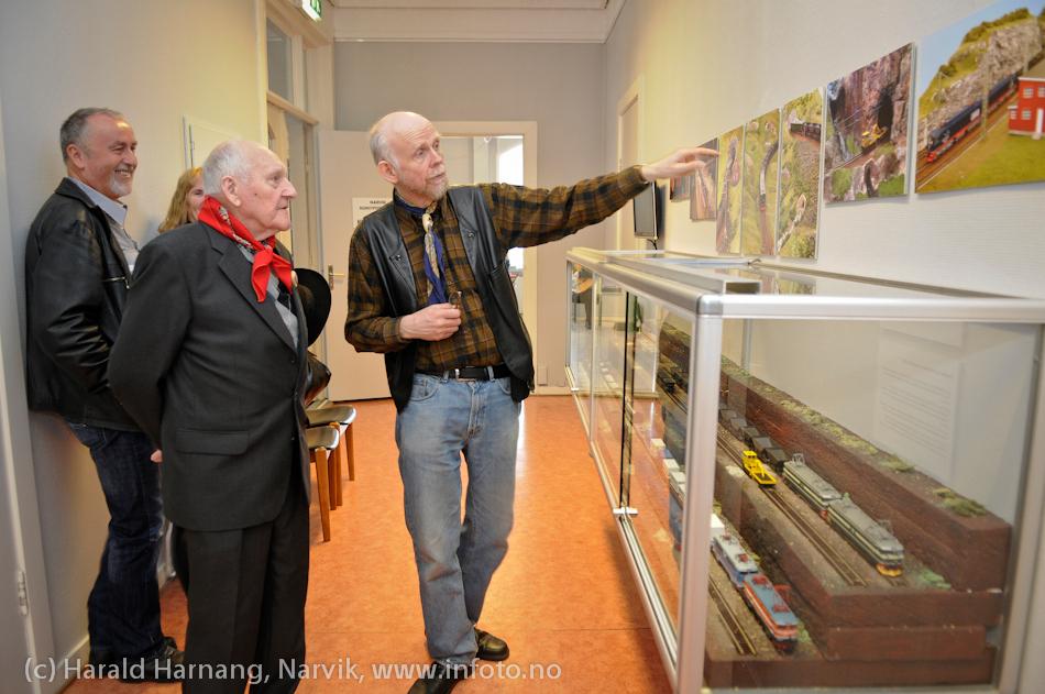 VU-2011: Museum Nord - Narvik, utstillinger. Museumssjef Lars Slettjord forteller om tog til Håkon Hauan fra Mo i Rana, som kort tid før ble utnevnt til Æres Rallar for sitt arbeid med å ta vare på Svarta Bjørn-huset i Brattland i Utskarpen i Mo i Rana.