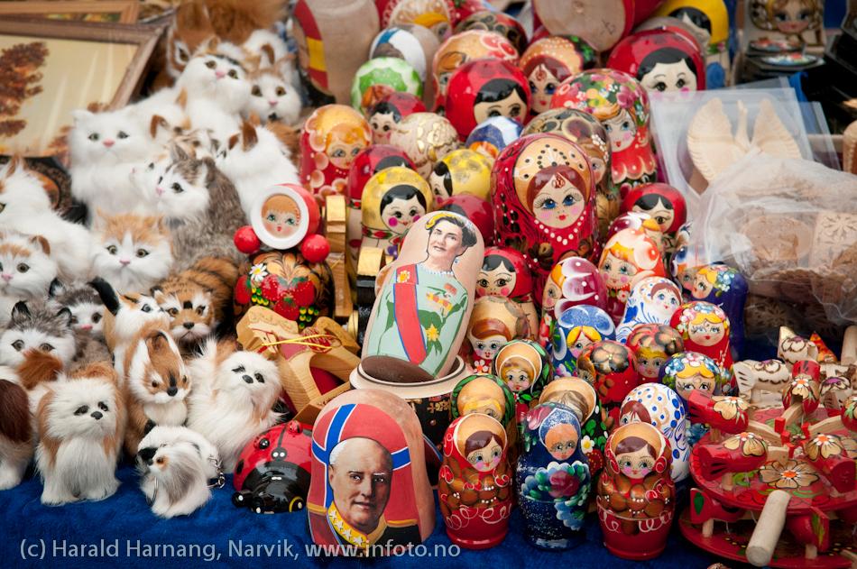 VU-2011, boder på torget med mange krummelurer. Legg spesielt merke til noe som ligner på Harald 5 og hans viv. Duverden!