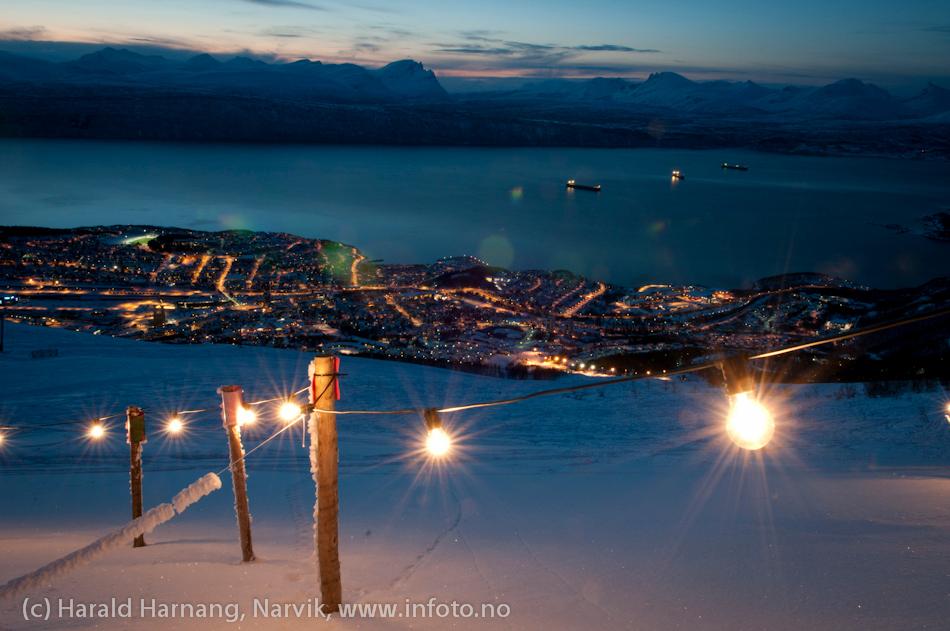 VU-merket oppe i Fagernesfjellet. Påler nedi snøen med form som en V og en U, ledninger mellom stolpene med lyspærer på. Så enkelt og så effektfullt. Historien om disse lysene er beskrevet i Årbok for Narvik 2012.