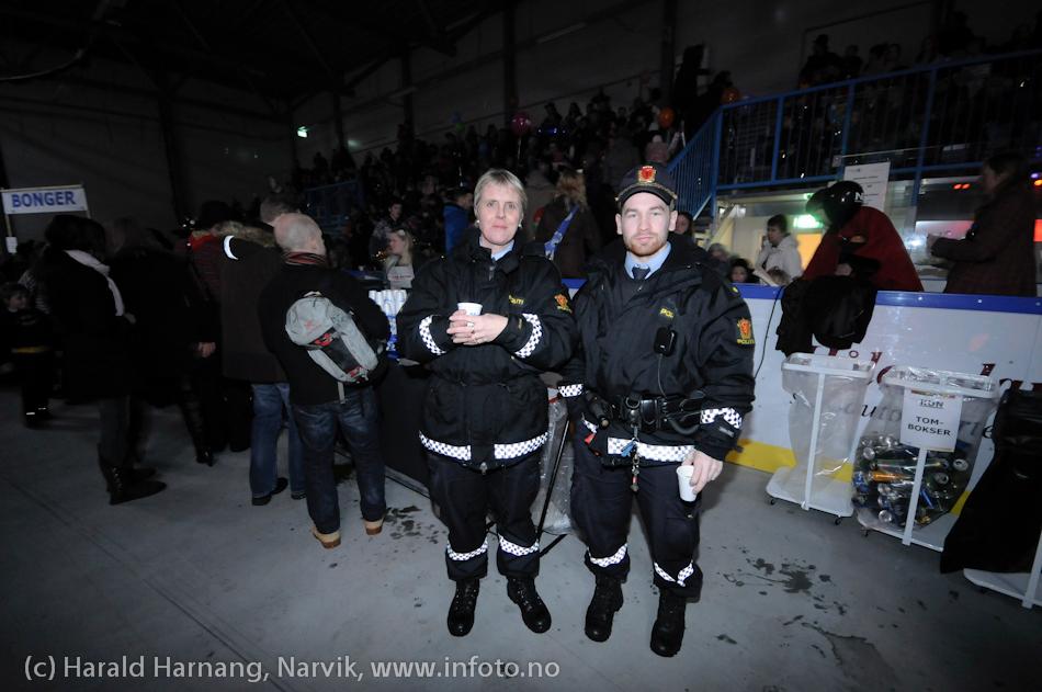 26.3 2011: Kostymetoget, arrangement på Nordkraft Arena med Sjørøverfest med kaptein Rødskjegg og følge. Med en sjørøver på scenen var det greit med lovens lange arm i bakgrunnen.