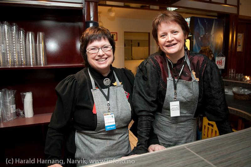 27.3.2011: Frivillige i baren. Til venstre Inis Bartholdsen og til høyre ??. Forestilling Folkets Hus, Narvik: Teskjekjerringa som prinsesse Pompadur. Urpremiere.