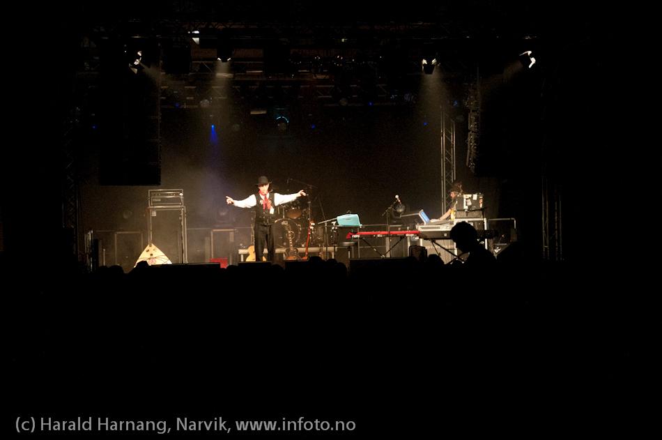 30.3.2011: Konsert Lokstall 1, Katzenjammer, full sal. Steingrim orienterer om nødutgangene - fritt etter SAS-metoden :-)
