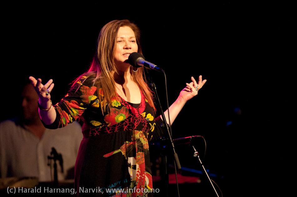30.3.2011: Konsert Folkets Hus m Mari Boine og band. Full sal.