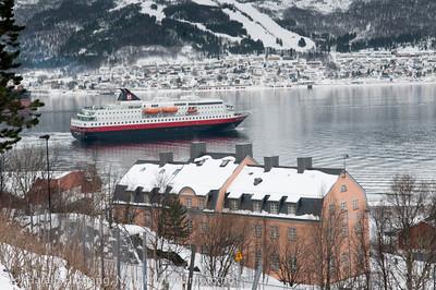 """Hurtigruten på tur til Sør-Skjomen, trolig siste gang H-ruten er innom Narvik på mange år. """"Kong Harald"""" var bygget i 1993."""