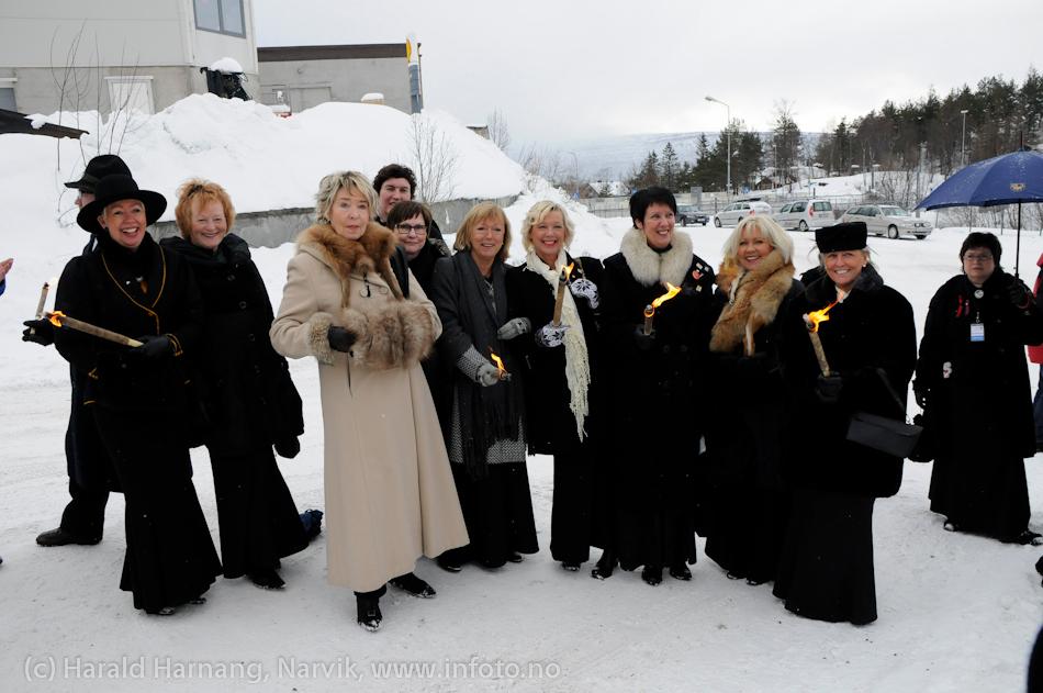 30.3.2011: Bekransning av Svarta Bjørnstatue. Fakkeltog fra Grand til SB-statue. Rallarkoret. Fast damegjeng som alltid er med når SB bekranses.