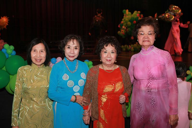 Cô Nhị, cô Oanh, cô Vi Khuê, cô Mộng Hoa