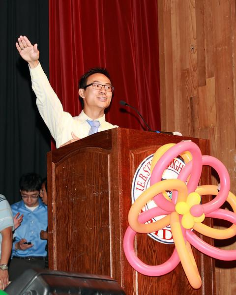 Thầy Vũ Công Huân giúp học sinh giữ trật tự trong hội trường.<br /> Teacher Vũ Công Huân helped students maintain order in the auditorium using Crowd Control technique/