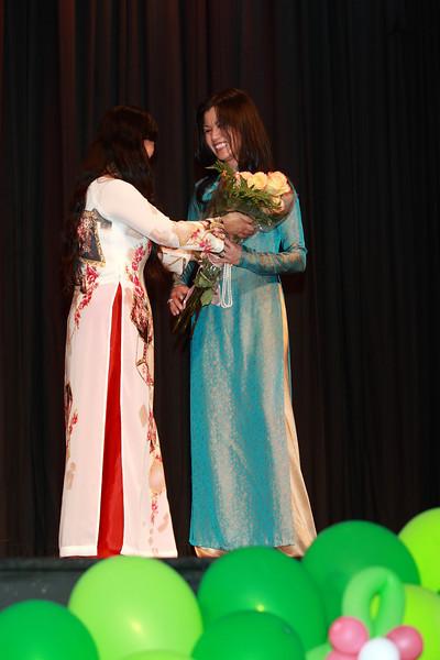 Cô Nhất Anh tặng hoa cho cô Lê ThúyThanh, trưởng ban Văn Nghệ