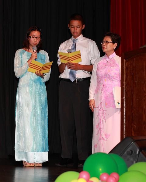 Lễ chào các quốc kỳ và phút tưởng niệm. Mai Anh Thư, Huỳnh Tường Lữ (Lớp VHPT).<br /> The national anthems and minute of remembrance, announced by PC class students.