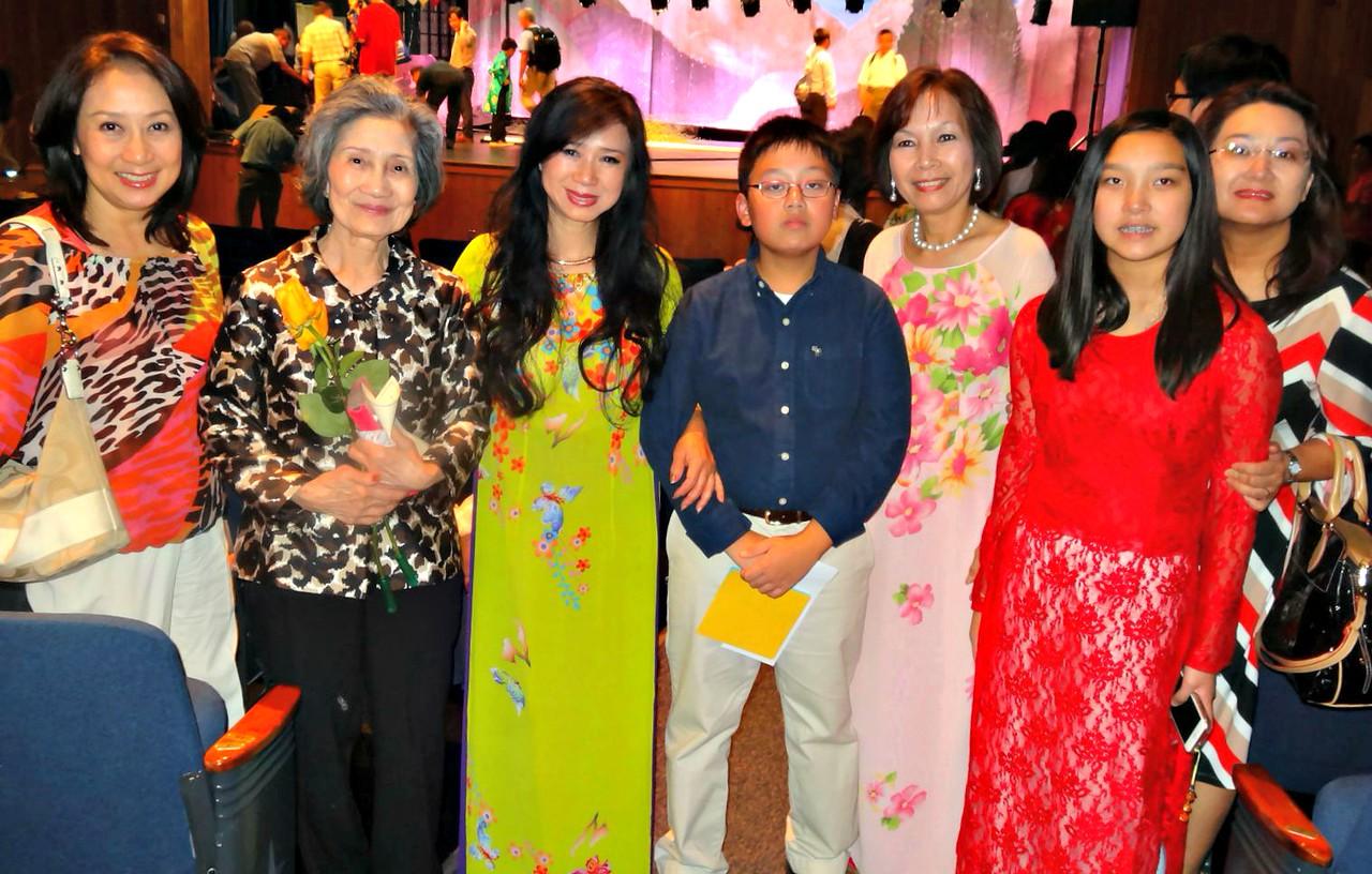 Thúy Phượng và mẹ. cô Nhất Anh, Khoa, cô Lan Hương, , Linh