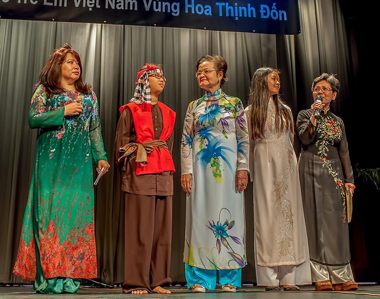 """Cô Trinh, cô Mộng Hoa, cô Linh Nguyệt and the winners of the prize """"Nụ Văn"""""""