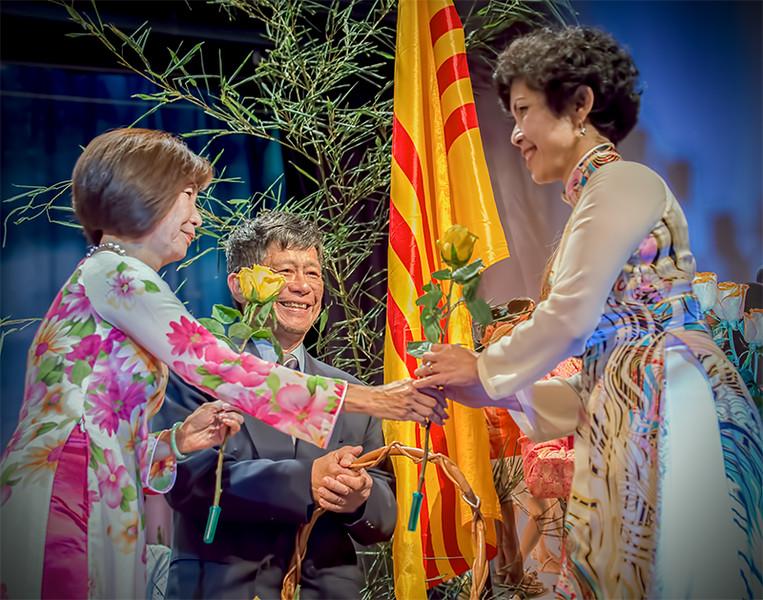 Cô Hoàng Lan Hương, thầy Hoàng Việt Dũng presented a flower to teacher Nguyễn Ngọc Hà