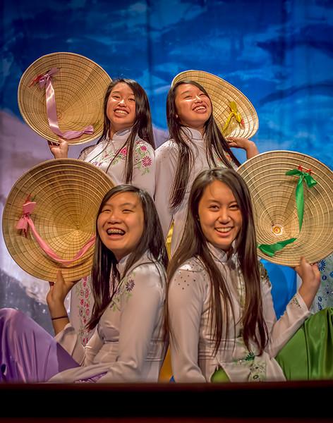 Kelly, Minh Thơ, Tường Uyên,  Mỹ Chi  and the VYEA Dance Troop