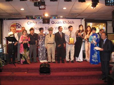 Thanh niên cầm plaque là chủ tịch liên hội sinh viên VN vùng Bắc Đông Dương - MAUVSA