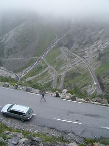 la strada dei Troll, scendendo sotto le nuvole... prego notare, corsia unica per tutti e 12 i tornanti...
