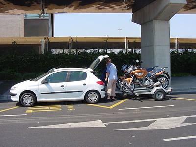 001_001_DSC00082_Unloading_Rental_Bikes