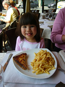 croque monsier avec assiette frites (ham and cheese sandwich with fries)